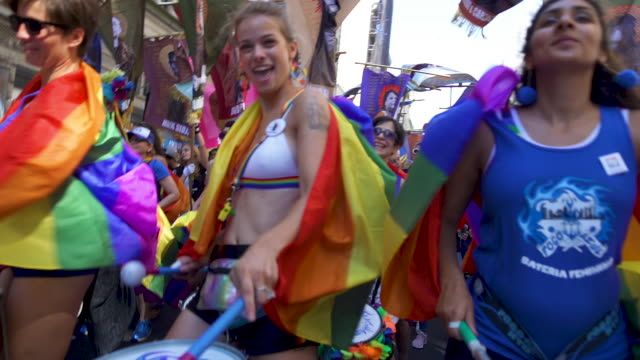 vídeos y material grabado en eventos de stock de marching band at pride march - worldpride nyc 2019 on june 30, 2019 in new york city. - orgullo