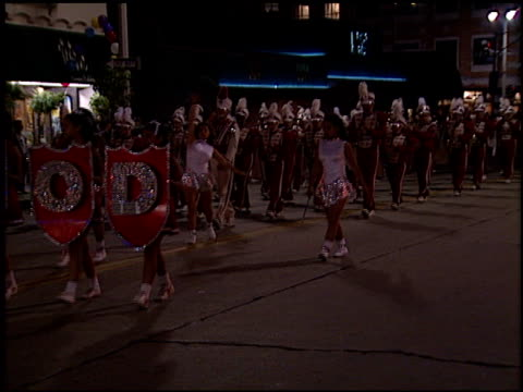 marching band at the 'ransom' premiere on november 1, 1996. - ウエストウッドヴィレッジ点の映像素材/bロール