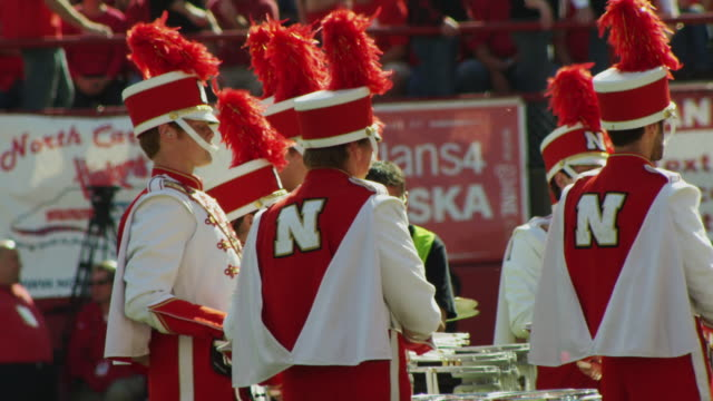 marching band drum percussion section marches and performs during half time at a football game. - 音楽隊点の映像素材/bロール