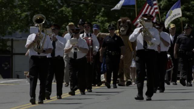 marching band parade in small town. americana. - 音楽隊点の映像素材/bロール