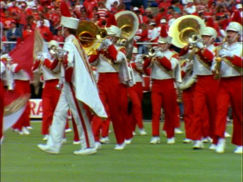 marching band performing on football field - 音楽隊点の映像素材/bロール