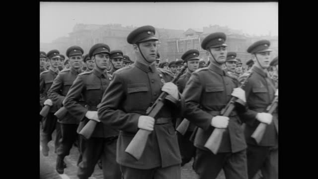 marching in red square - 1960 stock-videos und b-roll-filmmaterial
