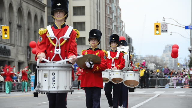vídeos de stock, filmes e b-roll de marching music band in the corner of bloor street and queens park the event is a tradition held in the canadian city for more than a hundred years... - cultura canadense