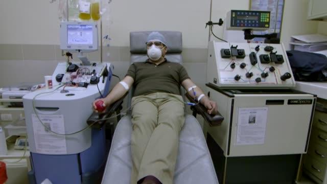 marco saavedra y su hija contrajeron la covid19 se sanaron y ahora están donando su plasma para el tratamiento de otros enfermos en bolivia mientras... - hija stock videos & royalty-free footage