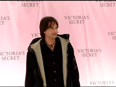 marcus schenkenberg at the 10th victoria's secret fashion show arrivals at the armory in new york new york on november 9 2005 - waffenlager stock-videos und b-roll-filmmaterial