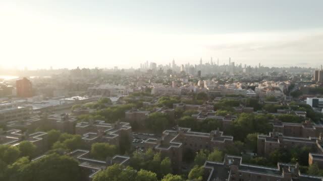 marcy housing projects at sunset brooklyn, new york - kommunalt bostadsområde bildbanksvideor och videomaterial från bakom kulisserna