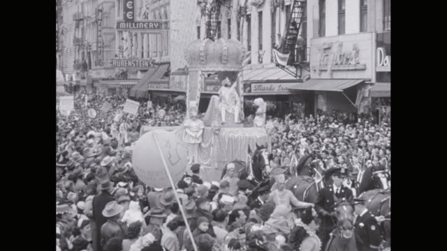 ws pan mardi gras parade float with king of carnival / united states - festwagen stock-videos und b-roll-filmmaterial