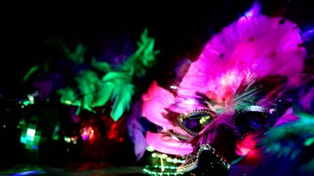 マルディグラは、リオのカーニバルのマスクとカラフルなビーズや羽飾り。 - gold colored点の映像素材/bロール