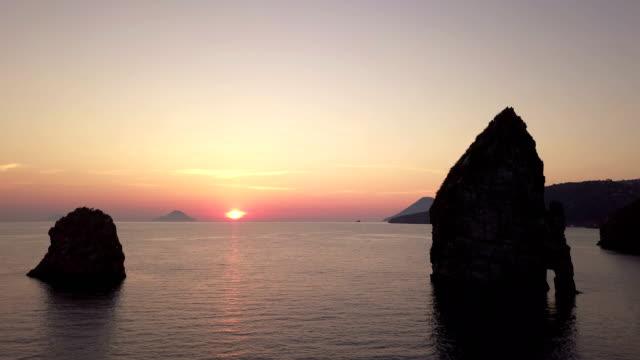 Mare e i faraglioni di lipari al tramonto
