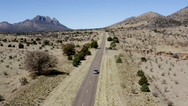 stockvideo's en b-roll-footage met marfa en fort davis landschap antenne - texas
