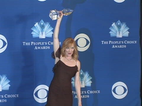 stockvideo's en b-roll-footage met marg helgenberger at the 31st annual peoples choice awards photo room at pasadena civic auditorium in pasadena, ca. - pasadena civic auditorium