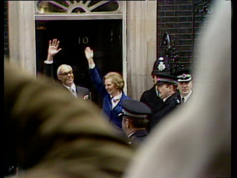 vidéos et rushes de margaret and dennis thatcher wave outside 10 downing street following margaret thatcher's election as britain's first woman prime minister 04 may 79 - 1979