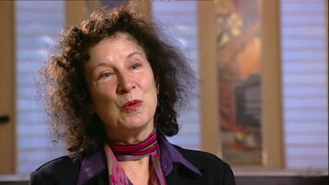 margaret atwood on canadians being banned fighting in the spanish civil war core number andn109t aeyz198w - letteratura video stock e b–roll