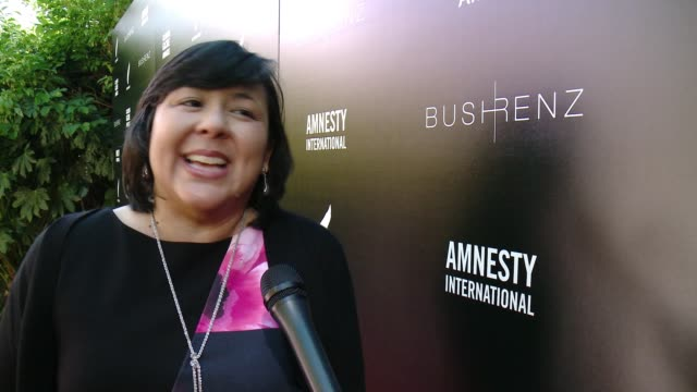 vídeos de stock e filmes b-roll de interview margaret huang on how it feels to be at the first ever art for amnesty pregolden globe brunch at art for amnesty's pregolden globes... - prémio globo de ouro