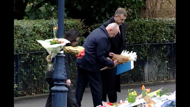 stockvideo's en b-roll-footage met new reward offer february 2003 erich muller and theresia muller towards past bouquets of flowers lining pavement erich muller press conference sot... - jogster
