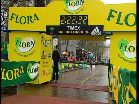margaret okayo winning 2004 london marathon women's elite race london - sportlerin stock-videos und b-roll-filmmaterial
