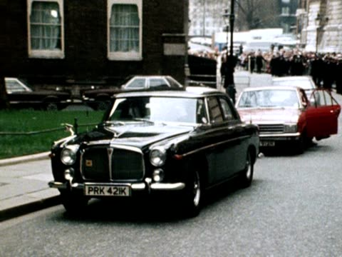 margaret thatcher arrives at downing street after being elected as the new prime minister 04 may 1979 - downing street stock-videos und b-roll-filmmaterial