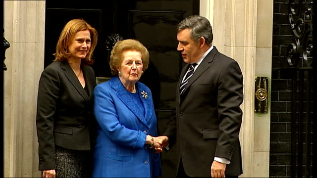 margaret thatcher attends portrait unveiling at downing street margaret thatcher out of car and photocall on steps of number 10 with gordon brown mp... - ゴードン ブラウン点の映像素材/bロール