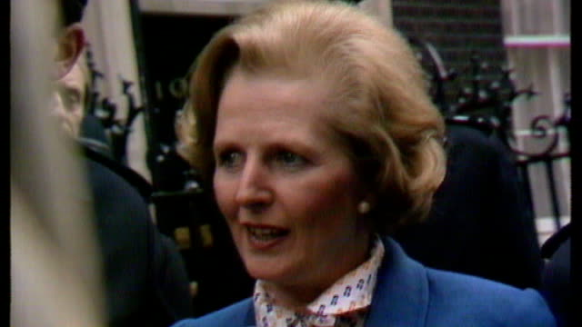obituary 451979 / s17110602 margaret thatcher shaking hands with crowds as entering downing street after winning 1979 general election margaret... - minatore video stock e b–roll