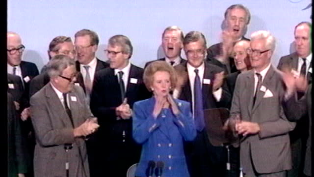 vídeos de stock e filmes b-roll de margaret thatcher death: obituary; lib: 1980's: england: int margaret thatcher mp waving from stage at conservative party conference as applauded by... - partido conservador britânico