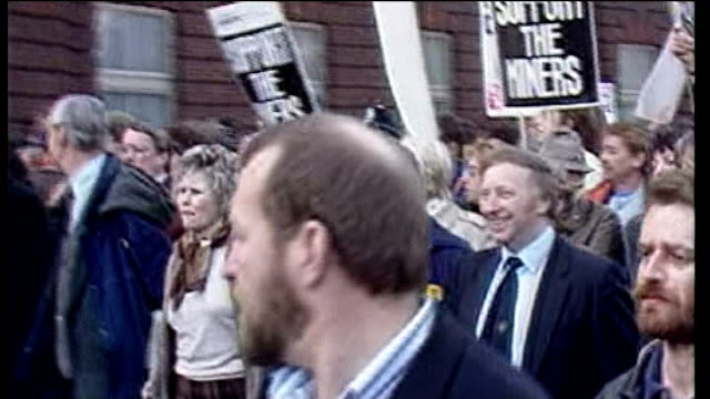 stockvideo's en b-roll-footage met reaction lib london arthur scargill marching with miners in rally through london lib 1181984 london miners' wives marching to buckingham palace with... - 1985