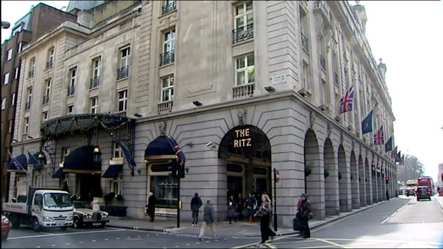 vídeos de stock, filmes e b-roll de margaret thatcher dies aged 87 piccadilly pan 'the ritz' hotel 'the ritz' sign entrance to hotel police officer and other outside gates - ritz carlton hotel