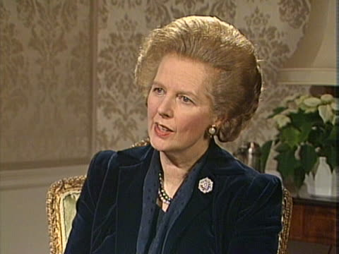 margaret thatcher expresses sympathy for the miners and their families caught up in the miners strike - minatore video stock e b–roll
