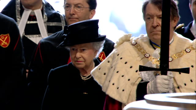 vídeos de stock e filmes b-roll de margaret thatcher funeral 1000 1100 **music heard intermittently sot** lord mayor leading queen and philip up steps to cathedral entrance high angle... - clero