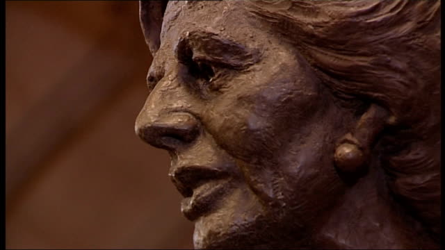 margaret thatcher funeral: historical legacy; palace of westminster: int statue of margaret thatcher in members' lobby of houses of parliament... - andrew neil bildbanksvideor och videomaterial från bakom kulisserna