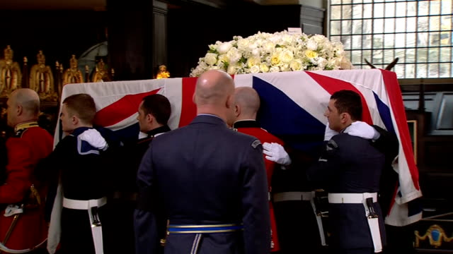 sky ob material int coffin on bier / pallbearers arrive / pallbearers take coffin out of church pallbearers load coffin onto gun carriage - margaret thatcher stock-videos und b-roll-filmmaterial