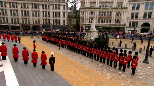 margaret thatcher funeral: st paul's cathedral arrivals and start of service; maurice saatchi arrival/ norman foster and his wife elena ochoa arrival... - terry wogan stock-videos und b-roll-filmmaterial