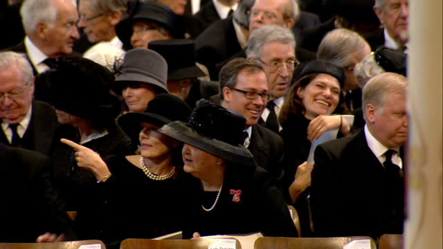 margaret thatcher funeral: st paul's cathedral funeral service; st paul's cathedral / thatcher family members / steps of the cathedral lined with... - prime minister点の映像素材/bロール