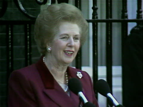 margaret thatcher gives a speech outside number ten downing street following her resignation as prime minister 28 nov 1990 - 辞職点の映像素材/bロール