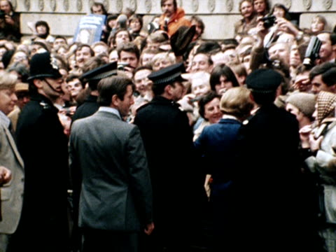 margaret thatcher greets the crowds at downing street after being elected as the new prime minister 04 may 1979 - allgemeine wahlen stock-videos und b-roll-filmmaterial