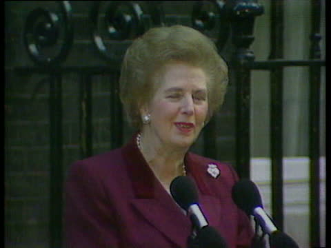 margaret thatcher leaves no 10 downing st for the last time / she gives statement and nearly breaks down and cries as gets into car to leave / john... - 辞職点の映像素材/bロール