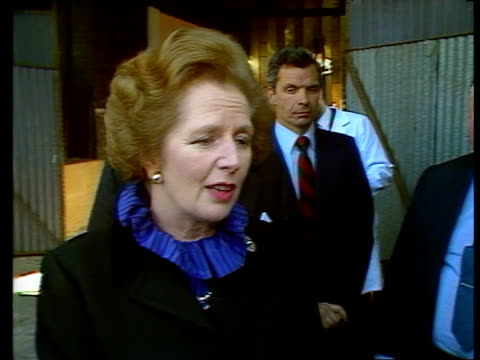 stockvideo's en b-roll-footage met margaret thatcher noncommital on election date / south london visit england london fulham ext prime minister margaret thatcher arrives and is greeted... - politicus