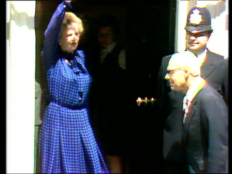 vídeos y material grabado en eventos de stock de margaret thatcher prime minister and denis thatcher waving to press and entering 10 downing street after conservative victory general election; 10... - 1983