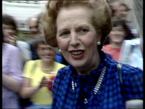 margaret thatcher prime minister walking past applauding supporters and getting into official car conservative victory general election 10 jun 83 - elezioni generali video stock e b–roll