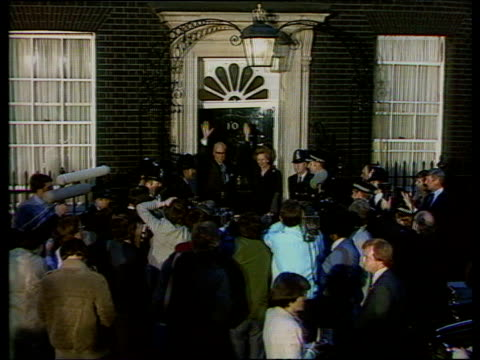 margaret thatcher prime minister waving from the doorstep of 10 downing street surrounded by press after conservative victory general election 10 jun... - elezioni generali video stock e b–roll