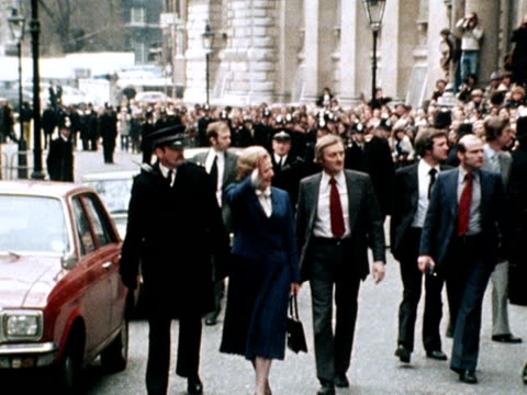 margaret thatcher waves to the crowds at downing street after being elected as the new prime minister. 04 may 1979. - premierminister stock-videos und b-roll-filmmaterial