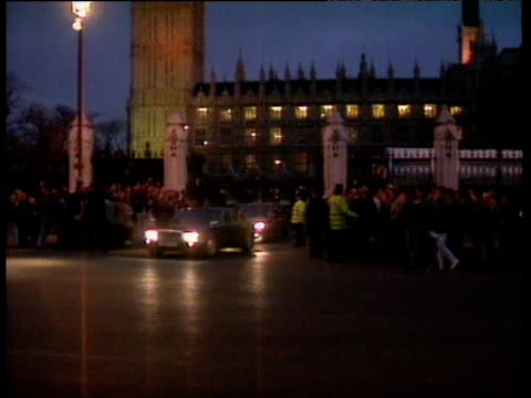 margaret thatcher's motorcade leaving the houses of parliament for the last time as prime minister major's accession to prime ministership 27 nov 90 - motorcade stock videos & royalty-free footage