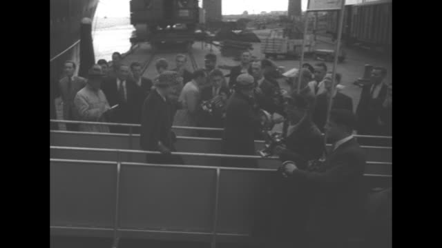 stockvideo's en b-roll-footage met margaret truman daughter of us president harry truman walks down gangplank of ship as she arrives in the netherlands / truman stands with selden... - margaret truman