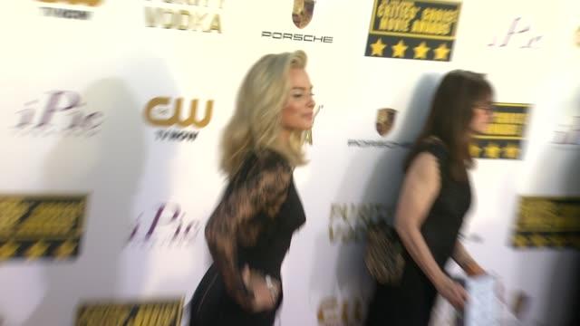 margot robbie at 19th annual critics' choice movie awards arrivals at the barker hanger on in santa monica california - 2014 bildbanksvideor och videomaterial från bakom kulisserna