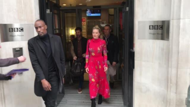 vídeos y material grabado en eventos de stock de margot robbie at bbc radio 2 at celebrity sightings in london on december 10, 2018 in london, england. - bbc radio