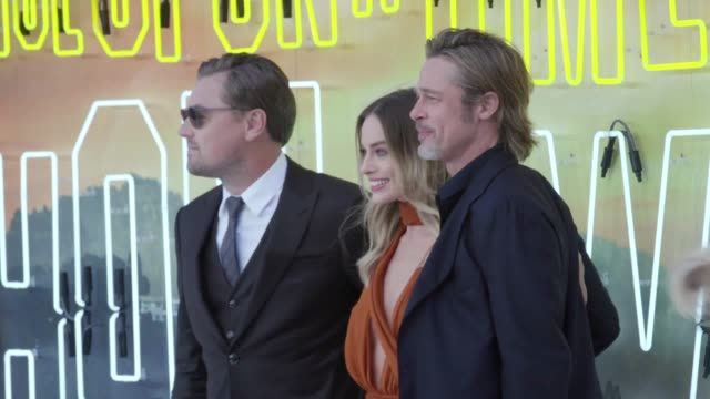vídeos y material grabado en eventos de stock de margot robbie leonardo dicaprio and brad pitt arrive at the london premiere of once upon a time in hollywood it is the ninth film from director... - brad pitt