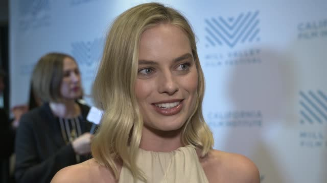 interview margot robbie talks about the script costar allison janney training for the role at the 'i tonya' special screening on december 02 2017 in... - proiezione evento pubblicitario video stock e b–roll