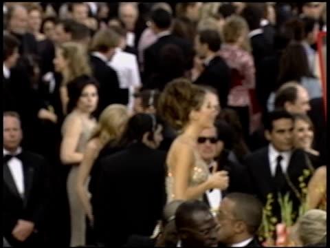 vídeos de stock e filmes b-roll de maria menounos at the 2004 academy awards arrivals at the kodak theatre in hollywood california on february 29 2004 - 76.ª edição da cerimónia dos óscares