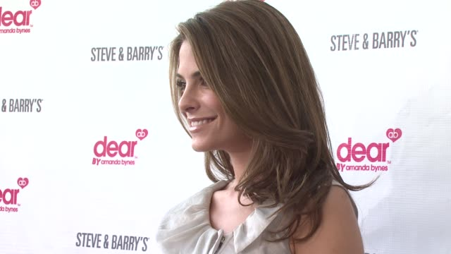 maria menounos at the amanda bynes to host launch party to celebrate her new clothing line dear, from apparel store steve & barry's in new york at... - アマンダ バインズ点の映像素材/bロール