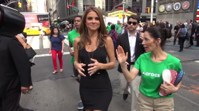 maria menounos walking back to the nasdaq in new york, 07/31/12 - ナスダック点の映像素材/bロール