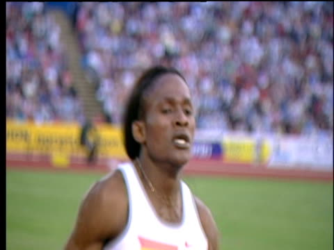 maria mutola easily wins women's 800m, 2004 crystal palace athletics grand prix, london - 800 metre stock videos & royalty-free footage